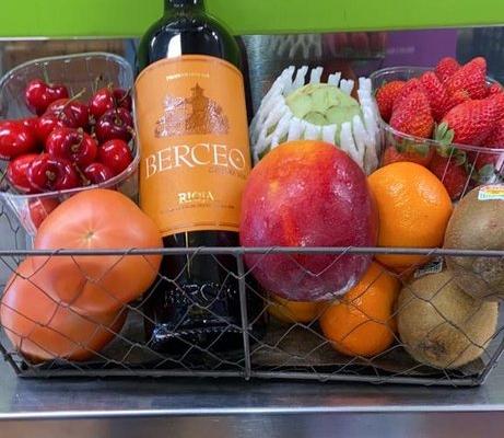 Cesta de fruta con vino